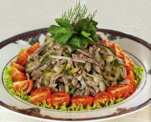 Мясной салат с маринованными огурцами