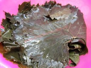 Промываем листья под водой
